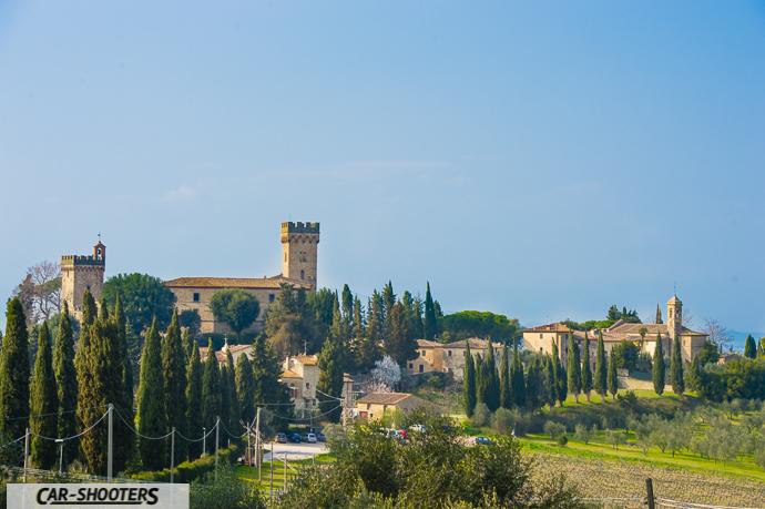 il castello di poppiano e la capella adiacente in uno scatto dalle strade vicine