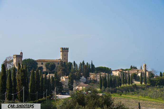 una stupenda vista del castello di poppiano dalle strade nei dintorni