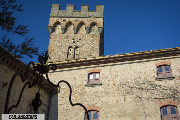 particolare della torre del castello di poppiano scattata dall'interno nella corte
