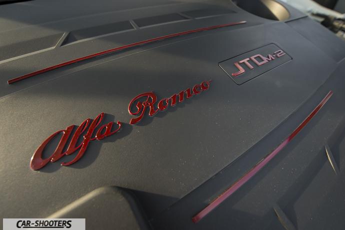 Alfa Romeo Giulietta dettaglio logo motore