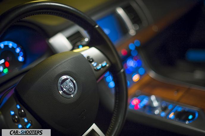 dettaglio logo volante interni jaguar xf
