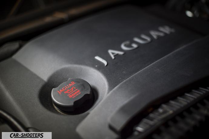 dettaglio motore jaguar xf