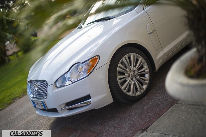 particolare jaguar xf con cerchi in lega e colore bianco perla