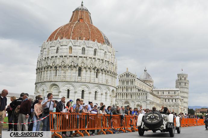 Piazza dei Miracoli con la torre pendente a pisa e la millemiglia