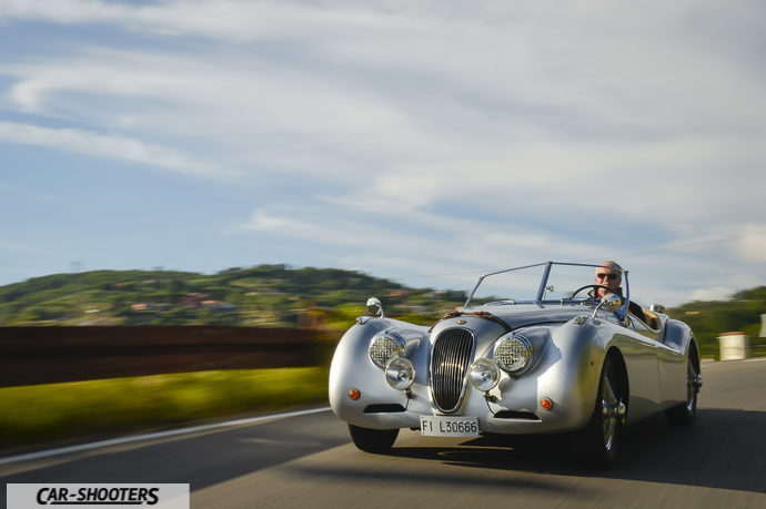 Jaguar XK120 in via montalbano a pistoia
