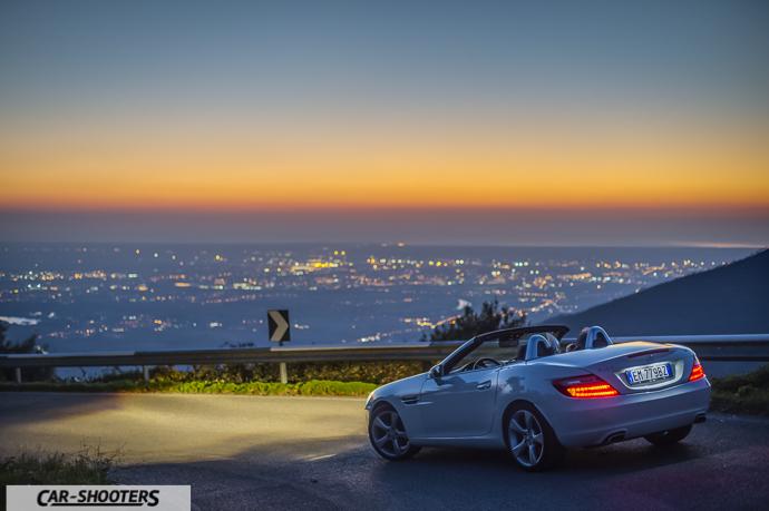 mercedes slk tre quarti posteriore con tramonto sul mare sullo sfondo