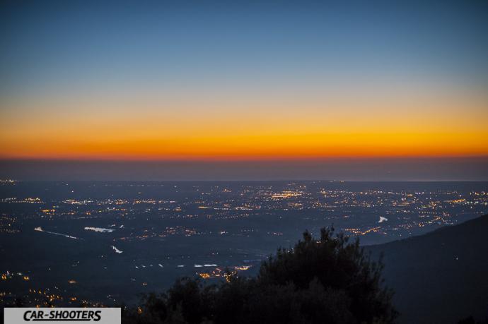 Vista dal monte serra verso il mare durante il tramonto