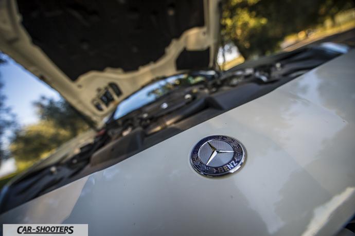 dettaglio logo Mercedes Benz su cofano anteriore