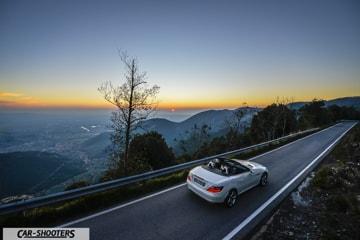tramonto sul mare visto dal monte serra, sulla strada c'è parcheggiata la nostra slk