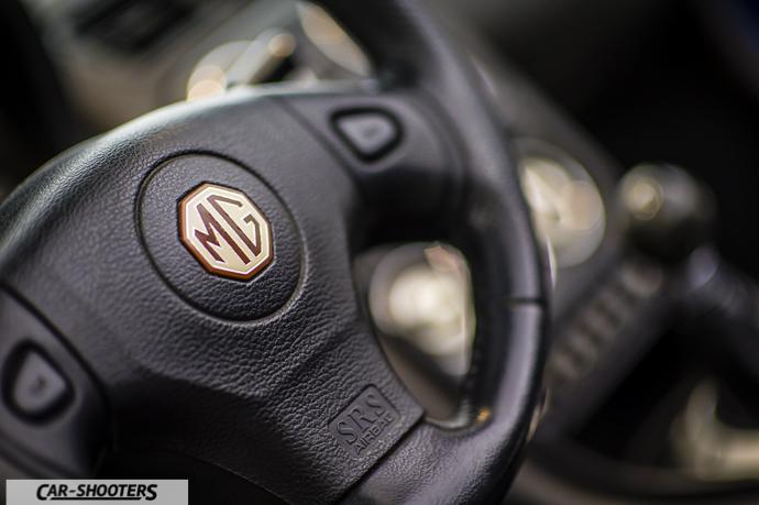 particolare logo volante MG TF