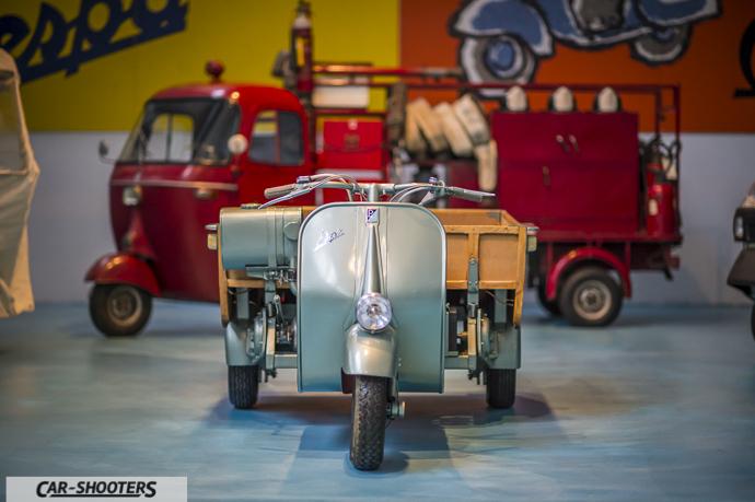 Modello di Ape con versione pompieri sullo sfondo