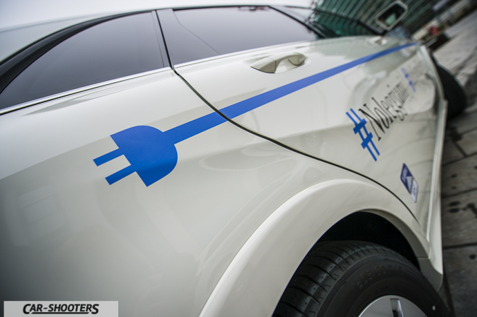 Dettaglio logo presa corrente su Mercedes-Benz Classe B Electric Drive