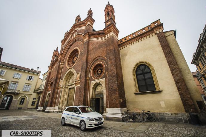 Mercedes-Benz Classe B davanti a monumento a Milano