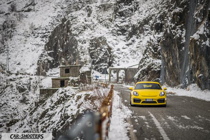 Porsche Cayman GT4 sulla neve