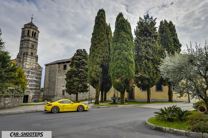 Chiesa e Porsche Cayman GT4