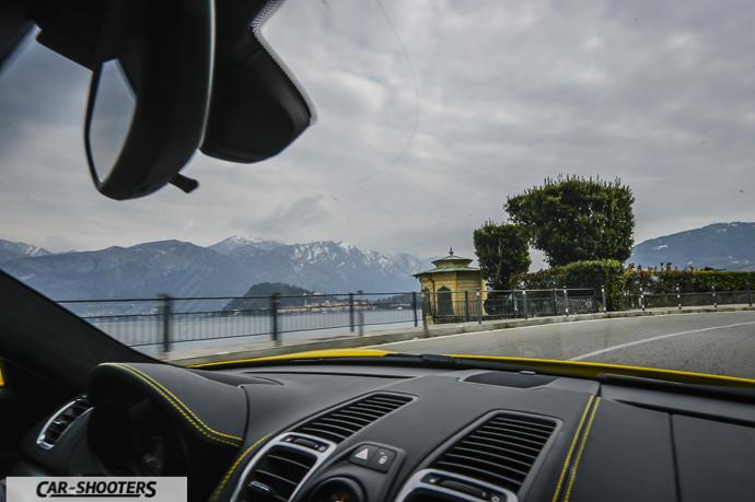 Vista lungo la strada dall'interno di Porsche Cayman GT4