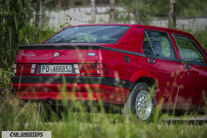 Alfa Romeo 75 posteriore